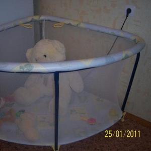 Продаю  детский манеж угловой
