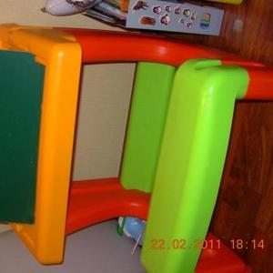 Продам детский столик -мольберт